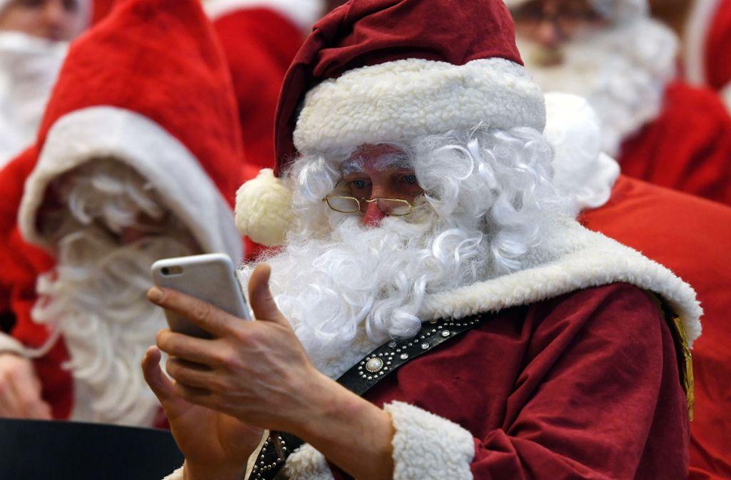 Halt, halt, wer wird denn Filme auf dem Smartphone schauen! Unsere DVD- und Blu-ray-Geschenktipps für Weihnachten möchten vor größere Bildschirme locken. Foto: dpa/Maurizio Gambarini