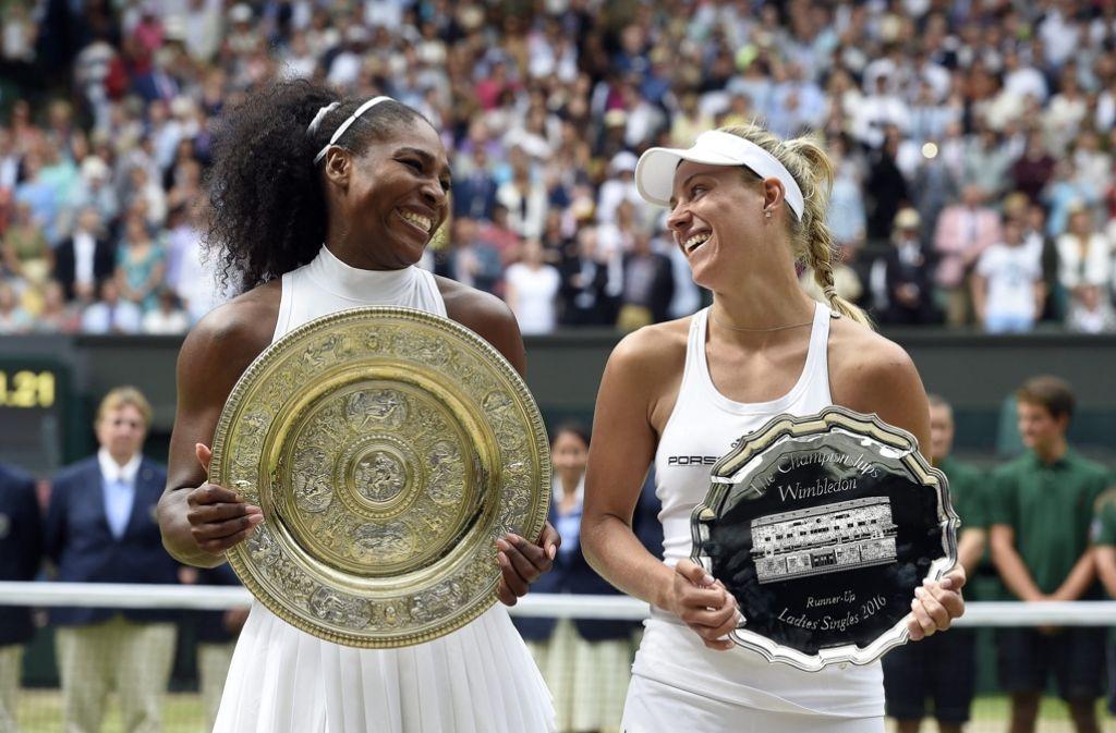 Die Finalisten bei der Siegerehrung: Serena Williams (li.) und Angelique Kerber Foto: dpa