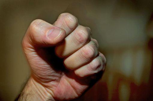 Zu laut telefoniert – Männer prügeln aufeinander ein