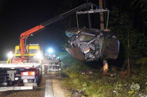 21-Jähriger prallt mit Wagen gegen Baum und stirbt