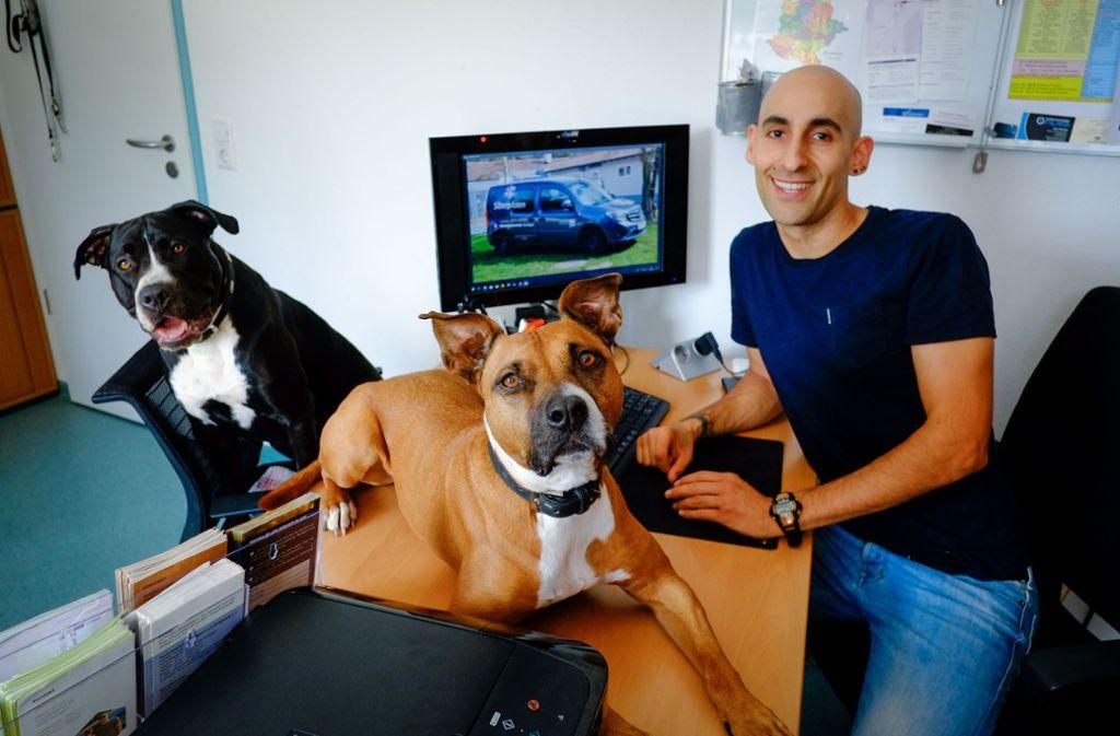 Marcel Yousef mit  seinen beiden Hündinnen Lilou (braun)   und Maila (schwarz) Foto: Lichtgut/Max Kovalenko