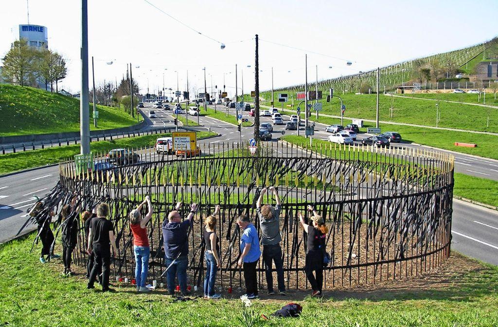 Aktivisten bringen am Zaun des Sanctuariums auf dem Pragsattel Trauerflor an. Foto: Susanne Müller-Baji