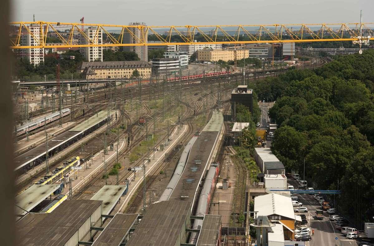 Wo sich heute noch die oberirdischen Gleise schlängeln, will die Stadt so schnell wie möglich das neue Rosensteinquartier mit rund 6500 Wohnungen errichten. Foto: Lichtgut/Max Kovalenko