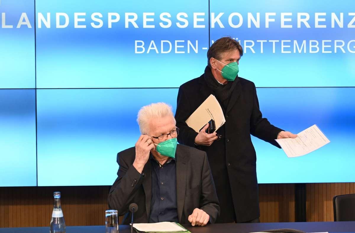 Ministerpräsident Kretschmann und Gesundheitsminister Lucha stellten sich den Fragen der Journalisten. Foto: dpa/Bernd Weißbrod