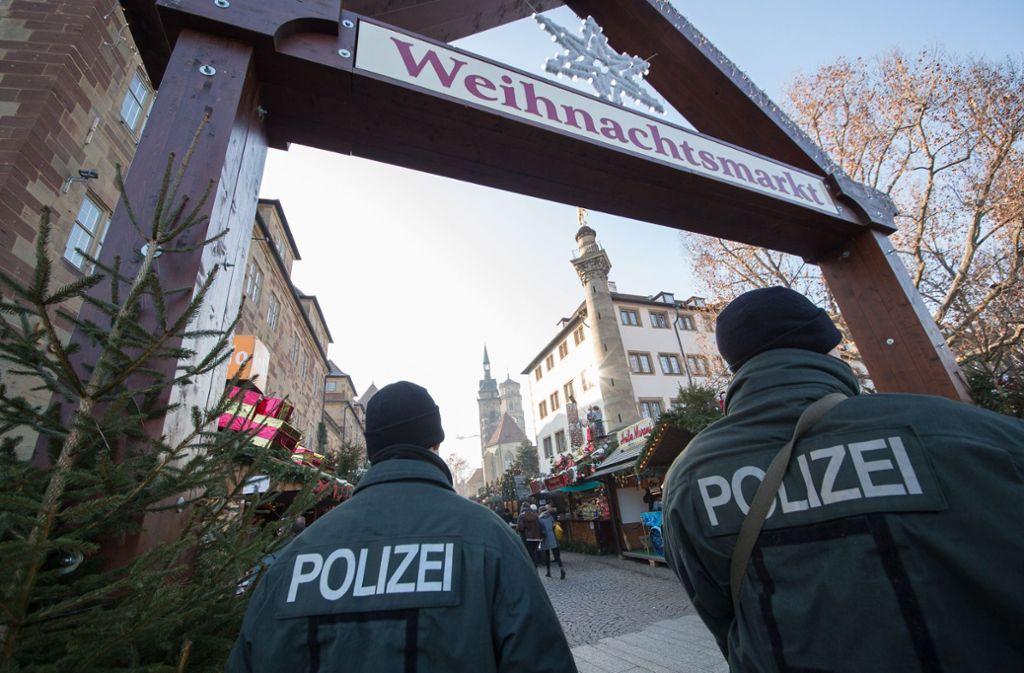 Polizisten sichern den Stuttgarter Weihnachtsmarkt. Foto: dpa