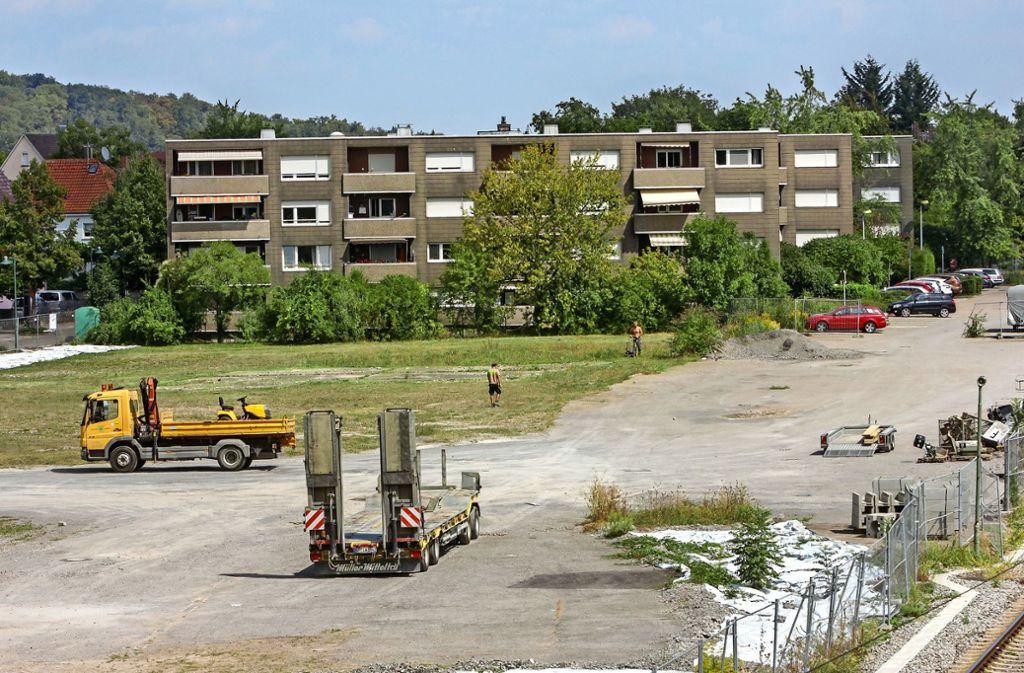 Ansprechend ist anders: Das Gelände am Korntaler Bahnhof liegt seit Jahren brach. Das scheint sich nun bald zu ändern: Lidl öffnet eine Filiale. Foto: factum/
