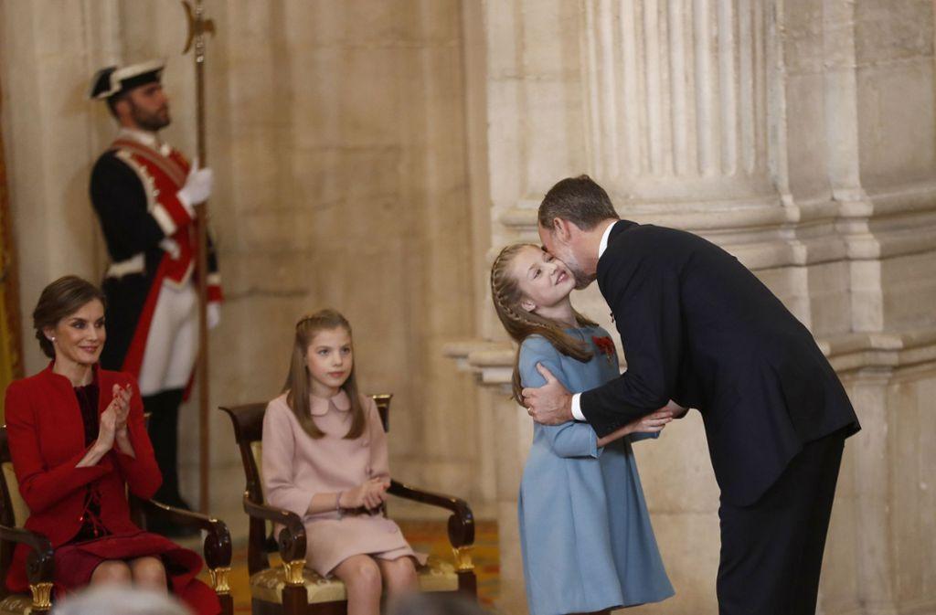 Felipe hat seiner ältesten Tochter, der zwölfjährigen Kronprinzessin Leonor, den Orden vom Goldenen Vlies überreicht. Foto: dpa