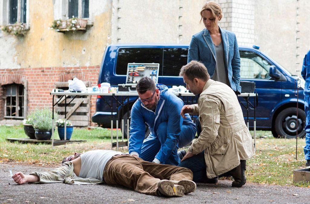 Olga Lenski (Maria Simon) und Kriminalhauptkommissar Adam Raczek (Lucas Gregorowicz, re.) sichern Spuren rund um eine Leiche. Foto: rbb/Oliver Feist