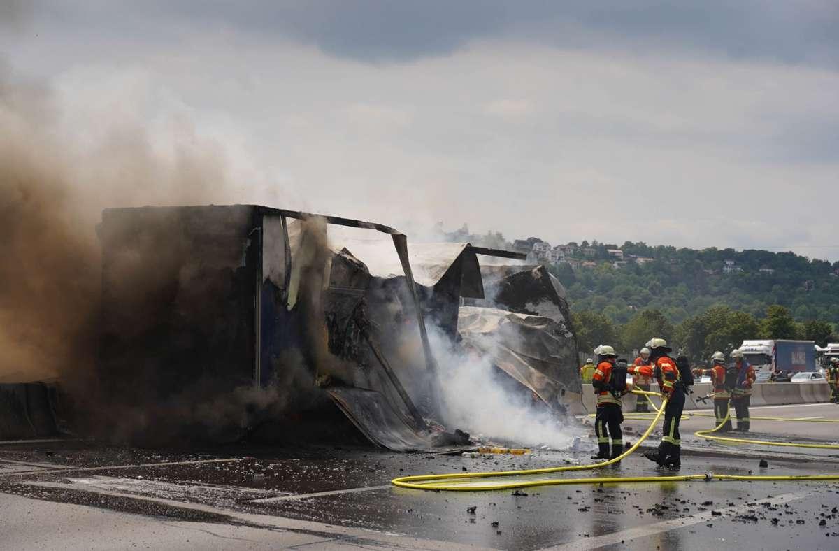 Schwerer Lkw-Brand auf der A81 bei Stuttgart am Freitag. Foto: Andreas Rosar/Fotoagentur-Stuttgart
