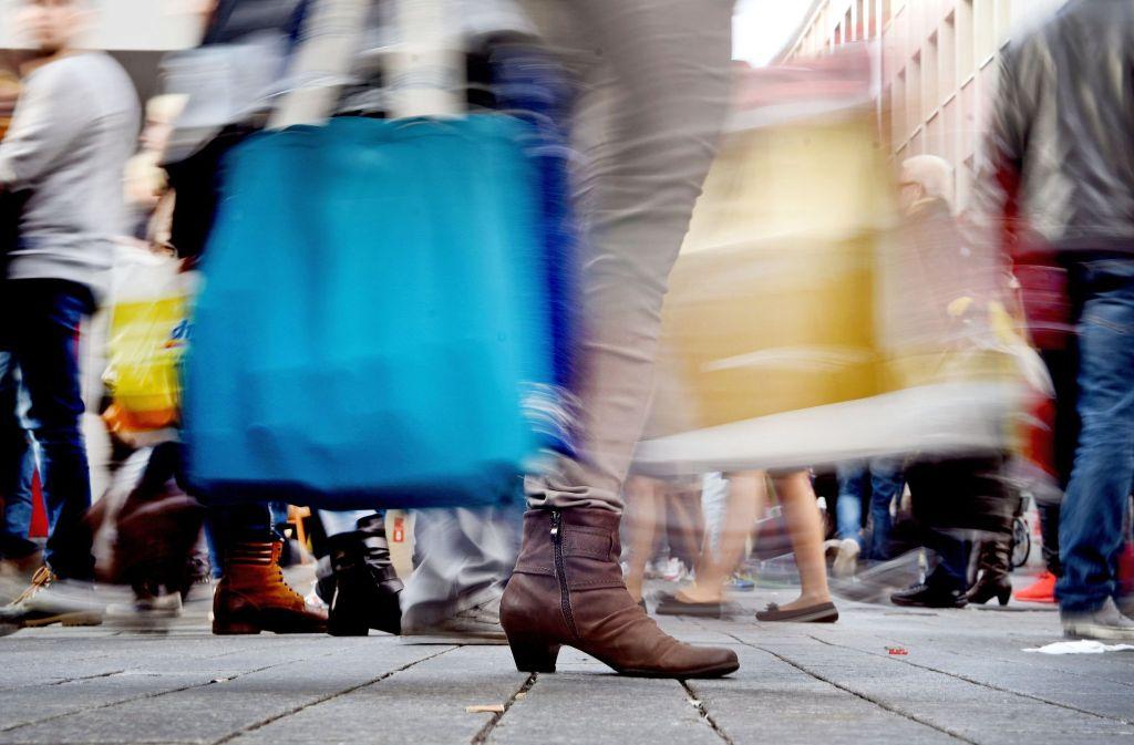 Mit vollen Einkaufstaschen an Sonntagen durch die City streben – dies soll der Rechtsprechung nach die absolute Ausnahme bleiben. Foto: dpa