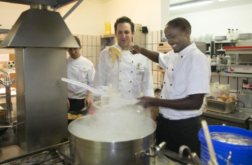 """Spätzle machen, macht Spaß: Das Arbeiten mit Vincent Kagabo (rechts) empfindet Heiko May, der  Küchenchef des Badhotels Stauferland, als  """"sehr angenehm"""". Foto: Horst Rudel"""