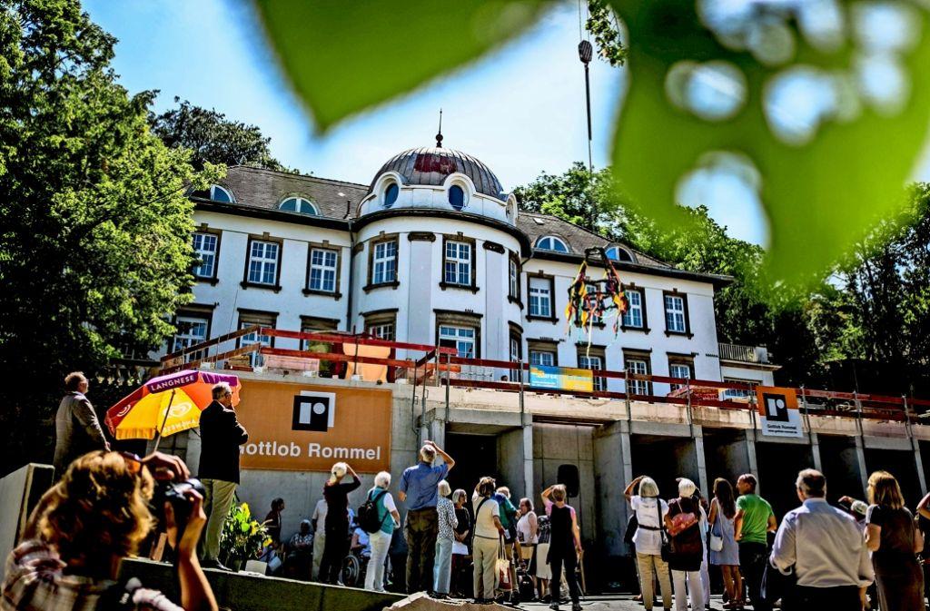 Der Richtkranz schwebt über dem Kinder- und Jugendhospiz in Stuttgart. Foto: Max Kovalenko