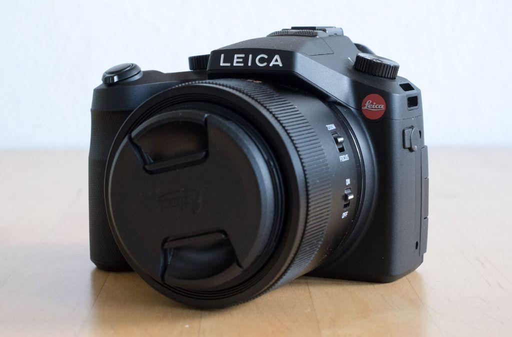 Das Besondere an dieser Leica ist aber vor allem das fest verbaute Objektiv.  Foto: Julian Wenzel