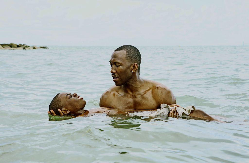 """Ein Junge ohne Vater erlebt einen Moment der Geborgenheit:  Alex R. Hibbert und  Mahershala Ali (stehend)   in """"Moonlight"""" Foto: Verleih"""