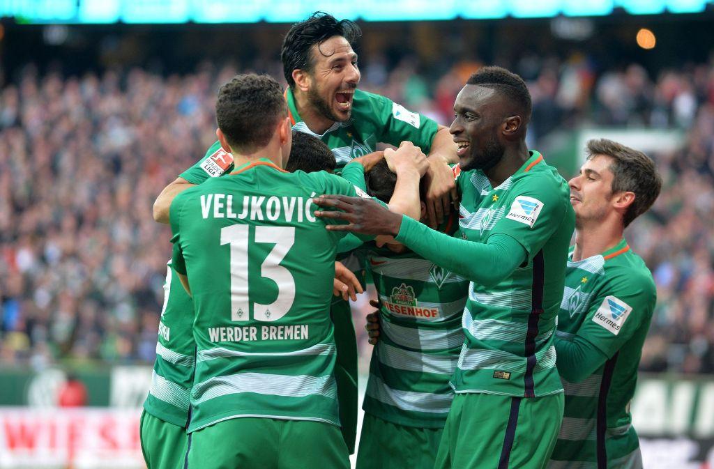 Bremens Claudio Pizarro,Milos Veljkovic,Fin Bartels und Lamine Sane jubeln mit dem Torschützen zum 2:0  Florian Grillitsch. Foto: dpa