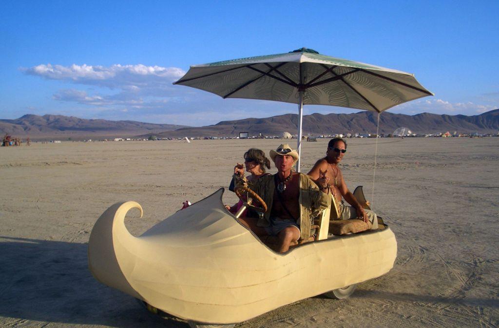 """Das Burning-Man-Festival in Nevada: Autos, umgebaut zu Kunstwerken und Tempeln, den """"Art Cars"""", sind eine Besonderheit des eigentlich autofreien Festivals Foto: dpa"""