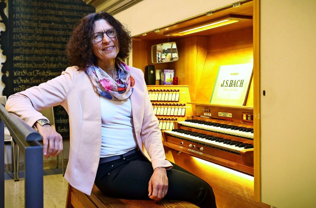 Beate Zimmermann am Arbeitsplatz: die Orgel der Petruskirche Foto: factum/Simon Granville