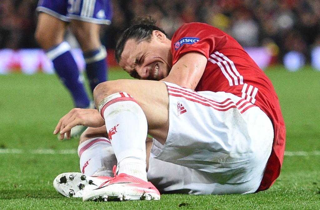 Beim Rückspiel in der Europa League gegen den RSC Anderlecht landete Manchester Zlatan Ibrahimovic nach einem Kopfballduell unglücklich. Er soll sich das vordere und hintere Kreuzband gerissen haben. Foto: AFP