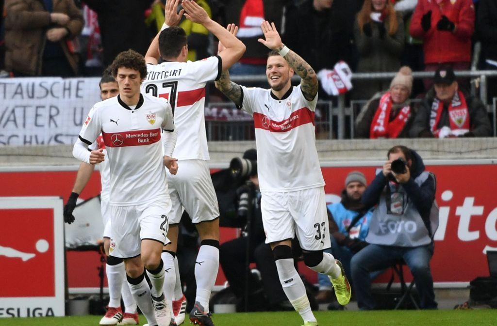 Benjamin Pavard, Mario Gomez and Daniel Ginczek freuen sich über den Sieg des VfB Stuttgart. Foto: dpa