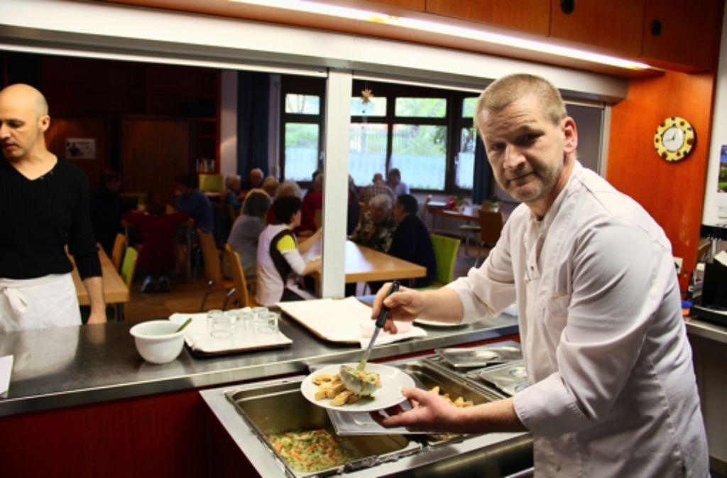 Bernd Kotzbau brutzelte an seinem Ruhetag für die Besucher des Mittagstisches im Giebeler Haus der Begegnung. Foto: Benjamin Bauer