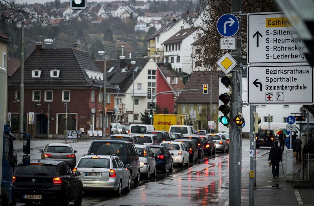 Autoverkehr in Stuttgart – hier an einer Kreuzung in Hedelfingen. Foto: Lichtgut/Max Kovalenko