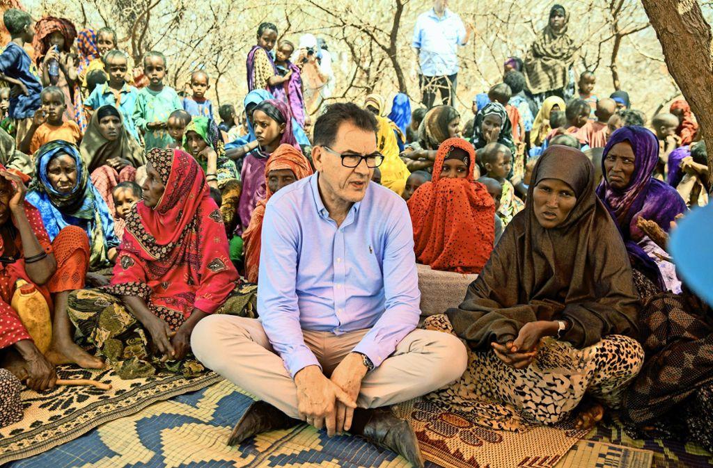 Gerd Müller im Gespräch mit Flüchtlingen in der von Dürre und Hunger geplagten Somali-Region in Äthiopien im April 2017 Foto: dpa