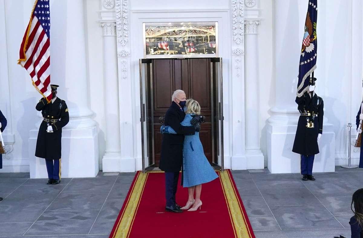Angekommen: Joe und Jill Biden vor dem Weißen Haus. Foto: dpa/Alex Brandon