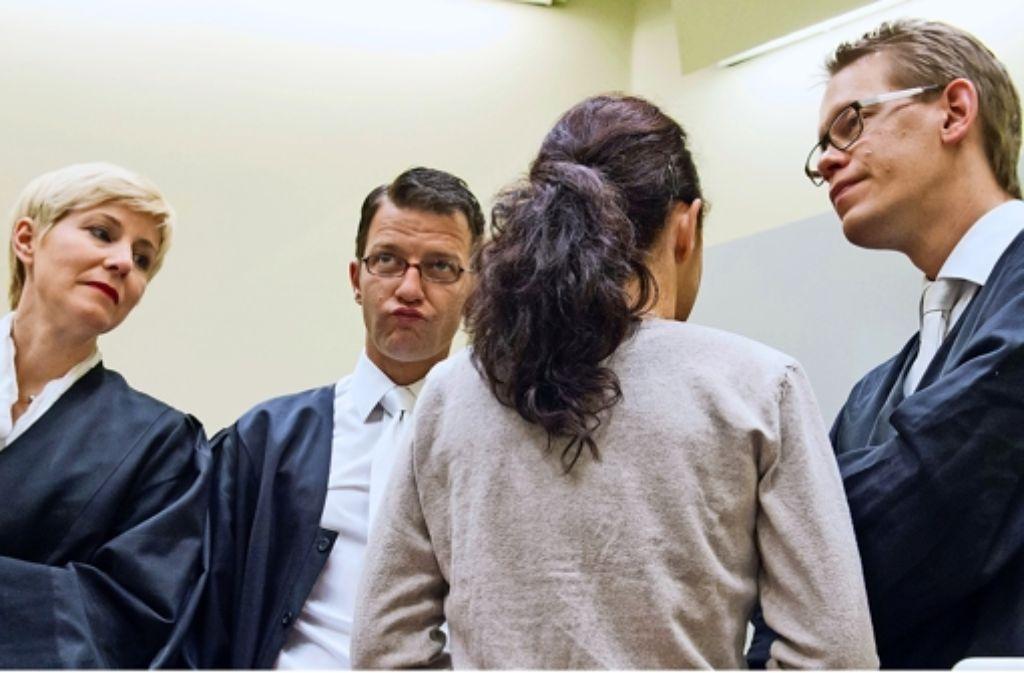 Drei Pflichtverteidiger: Die Angeklagte Beate Zschäpe (2.v.r.) im Gespräch mit  ihren Anwälten Anja Sturm (v. li. n. re.), Wolfgang Stahl und Wolfgang Heer Foto: dpa