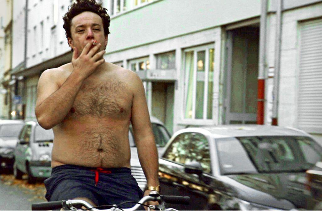 Jaksch(Jakob Schreier) kann das Rauchen nicht aufgeben – das Hemdentragen dagegen schon eher. Foto: ZDF//Johannes Brugger