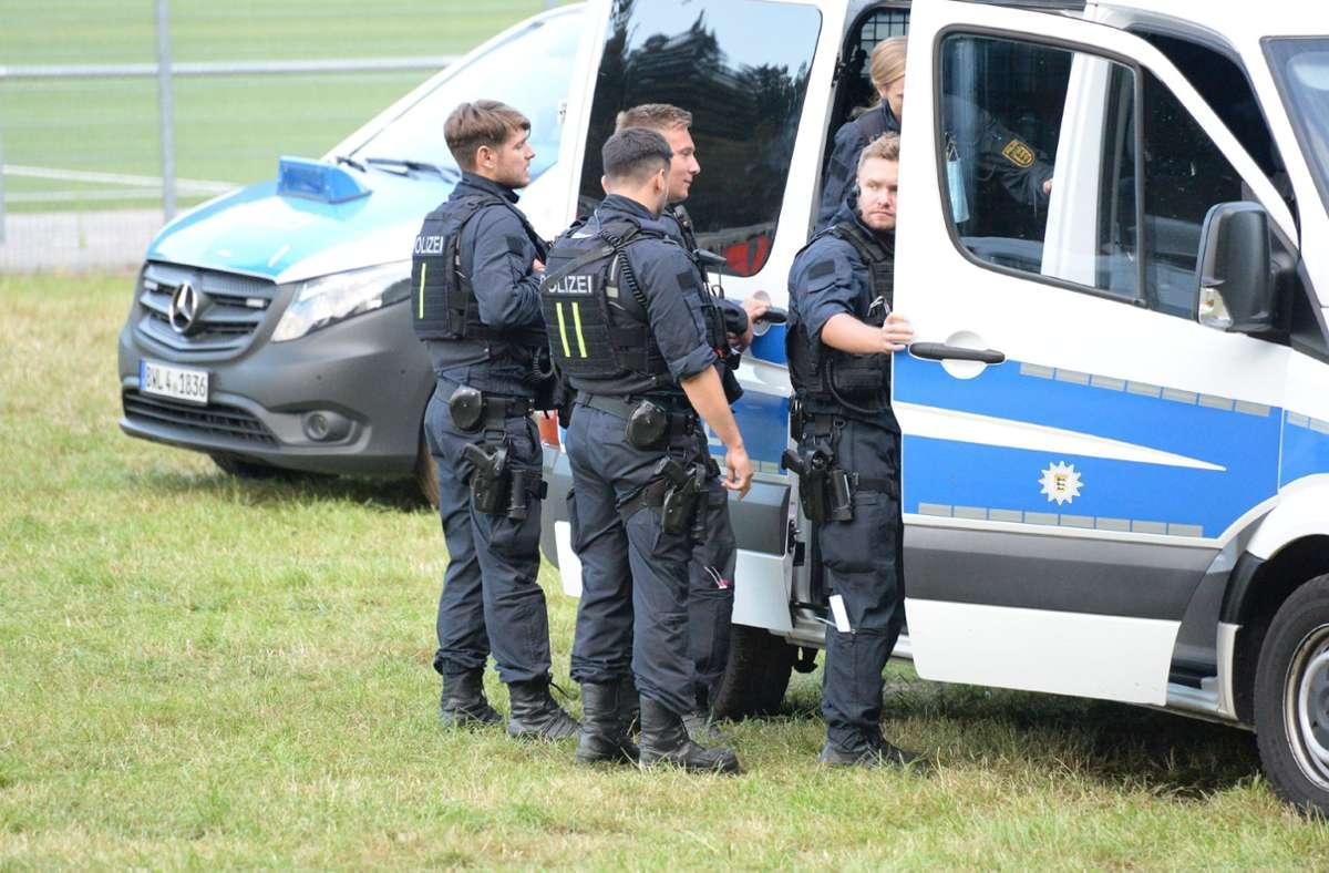 Auch am Dienstag sind Polizisten mit Suche nach dem bewaffneten Mann beschäftigt. Foto: SDMG