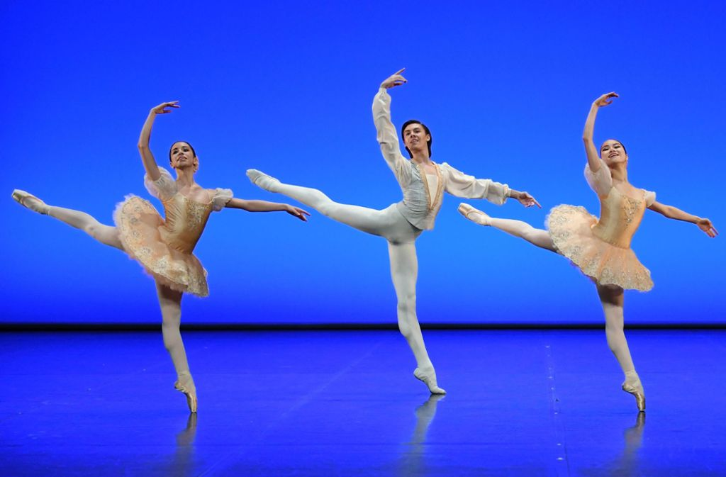 "Schüler der John-Cranko-Schule in George Balanchines ""Glinka Pas de trois"" Foto: Stuttgarter Ballett"