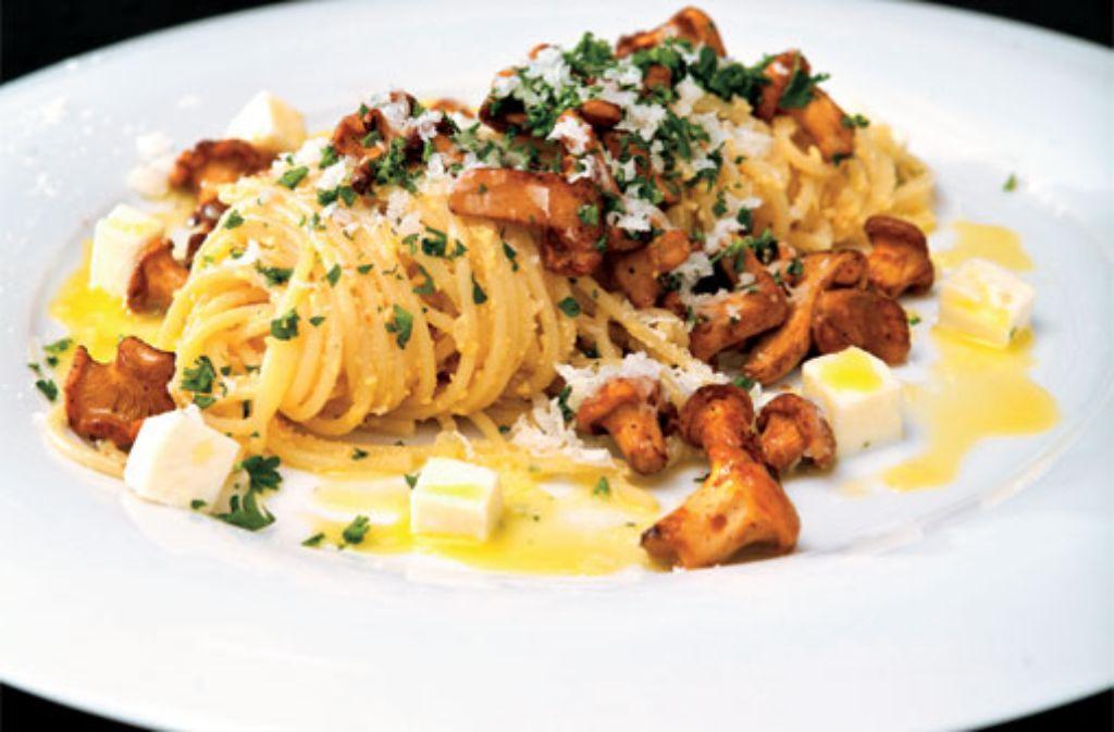 Spaghetti mit Pfifferlings-Carbonaraund geschlagenem Limonen-Olivenöl Foto: Verlagsedition netzwerk