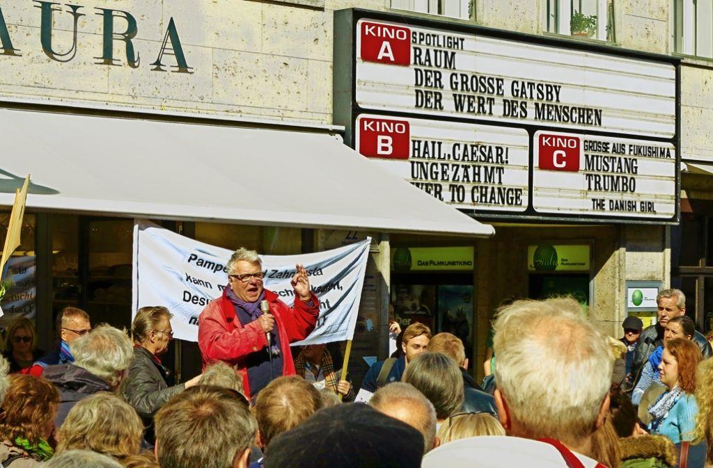 Kuriose Konstellation in Konstanz: der Theaterintendant Christoph Nix (am Mikrofon) kämpft für die Rettung des Kinos. Foto: Lutz  Rauschnick