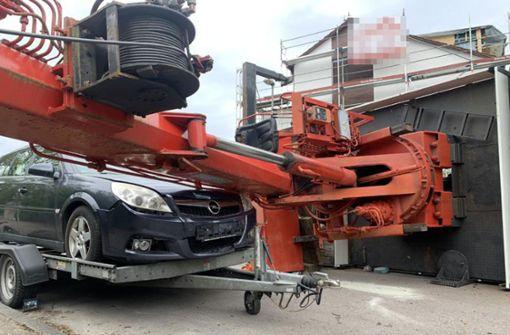 Baukran stürzt auf Garage – auch drei Autos beschädigt