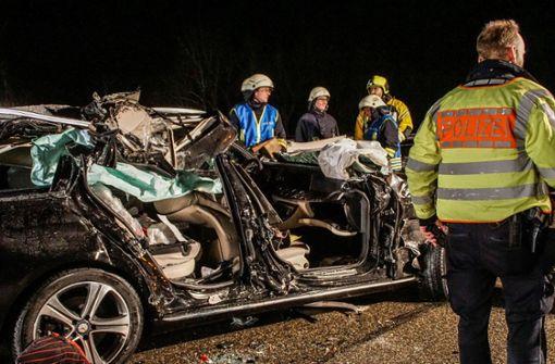 Auto kracht in Sattelzug - Beifahrer stirbt
