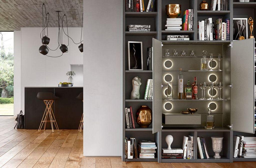 Die Hausbar im Wohnzimmerschrank integriert – diese Möglichkeit bietet Studimo von Interlübke. Das Einrichtungsprogramm des Schweizer Design-Duos Franz Hero und Karl Odermatt wurde bereits 1977 erstmals präsentiert und seither immer wieder modernisiert. Die Hausbar ist mit einer ansprechenden LED-Beleuchtung ausgestattet. Foto: Interlübke