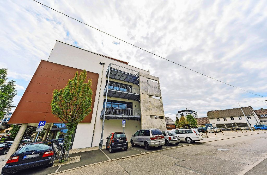 Auf dem Parkplatz an der Friedensstraße hinter der Stadtbibliothek entsteht das Schulungszentrum für die Tüv-Süd-Akademie. Foto: Archiv Thomas Krämer