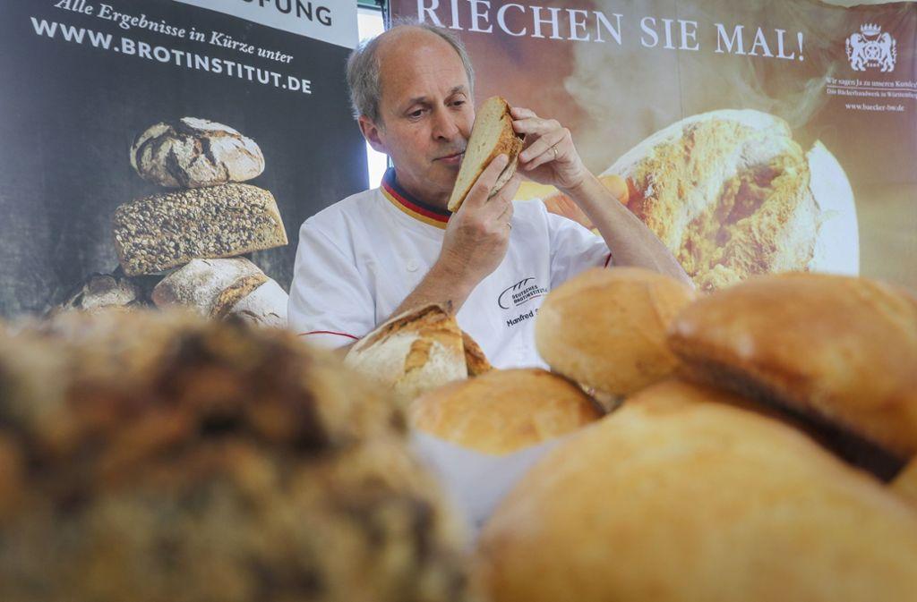 Manfred Stiefel übernimmt für das Deutsche Brotinstitut die Prüfung der Backwaren von Bäckereien aus dem Kreis Böblingen. Foto: factum/Granville