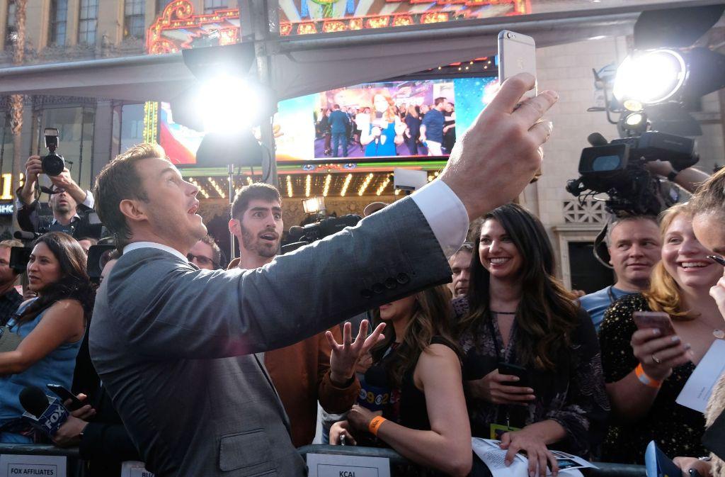 """Hauptdarsteller Christ Pratt (""""Peter Quill"""") schießt auf dem Roten Teppich bei der Premiere von """"Guardians of the Galaxy 2"""" in Hollywood ein Selfie. Foto: Getty"""