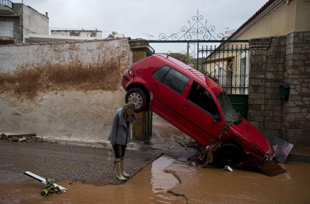 Schwere Regenfälle haben erhebliche Schäden entlang der Küste im Westen der griechischen Hauptstadt Athen angerichtet. Foto: AP