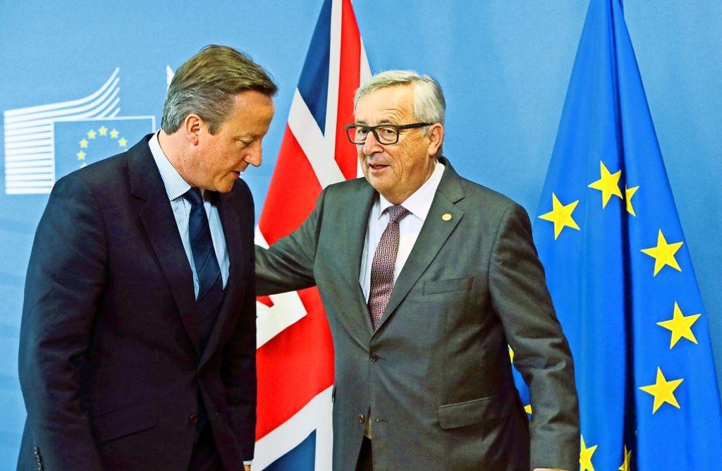 David Cameron (li.) wird von Jean-Claude Juncker zum EU-Gipfel empfangen. Foto: dpa