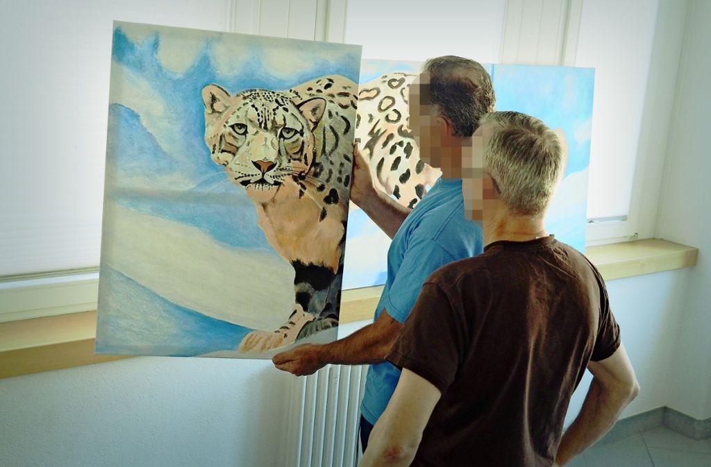 Malen ist eine große Leidenschaft von Michael K. (hinten). Seine Bilder sind regelmäßig auf Ausstellungen zu sehen. Foto: LKZ/Kathrin Klette