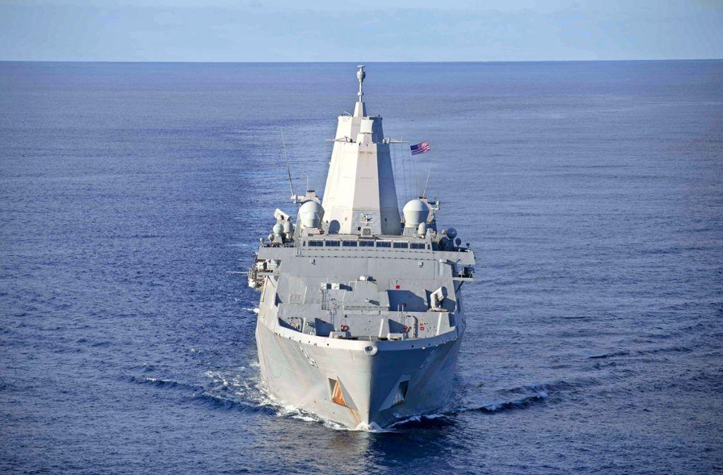 US-Kriegsschiffe – hier die USS Arlington – nehmen Kurs auf den Nahen Osten. Foto: dpa
