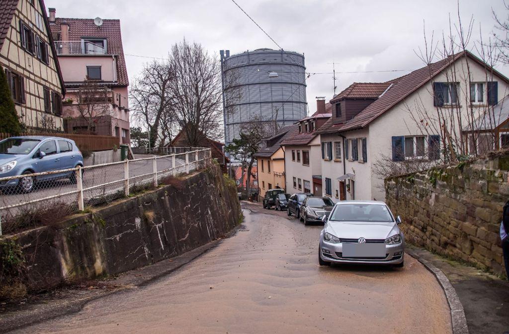 Das Wasser fließt durch die Alfdorferstraße. Foto: SDMG