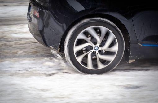 Auto verliert Hinterreifen während der Fahrt