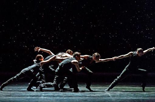 """Im Rahmen des Colours International Dance Festival ist das kanadische Ballet BC mit Sharon Eyals Stück """"Bedrook Folk"""" erstmals in Deutschland zu sehen."""