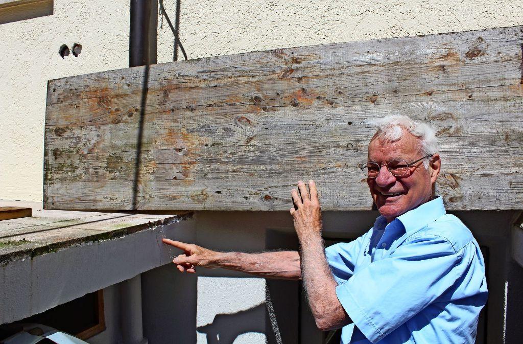 François Therrien deutet auf Risse in seiner Terrasse. Foto: Tilman Baur