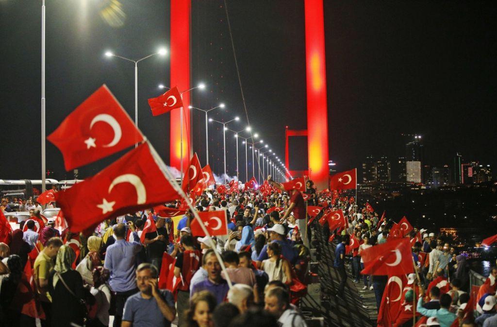 Die Anhänger Erdogans feiern den Sieg der Regierung. Mit den Putschteilnehmern kennen sie keine Gnade. Foto: AP