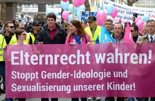 Gegner des grün-roten Bildungsplan 2015 demonstrieren am 5. April 2014 in Stuttgart. Auch am Sonntag wird es wieder eine Demo geben. Foto: dpa
