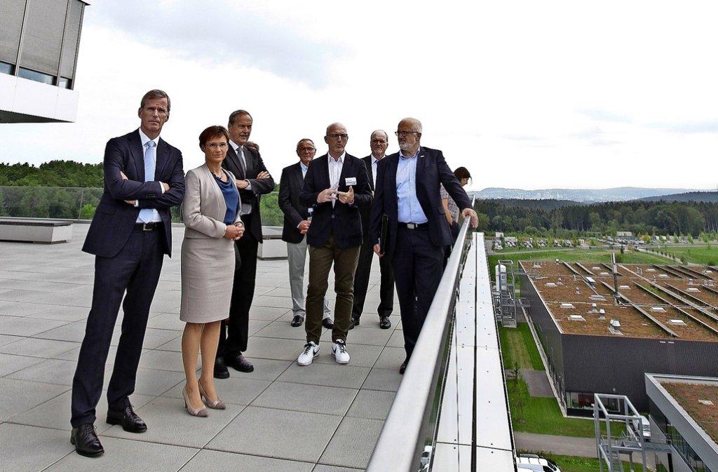 Besuch in der Bosch-Forschungszentrale in Malmsheim: Clemens Binninger und Sabine Kurtz (von links). Foto: factum/Bach